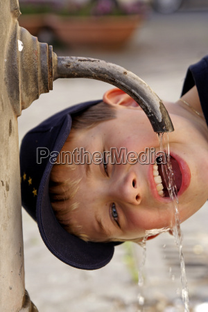 young, drinkt, water, from, a, fountain - 276598
