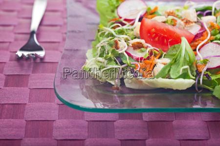 gemischter salat auf einem glasteller