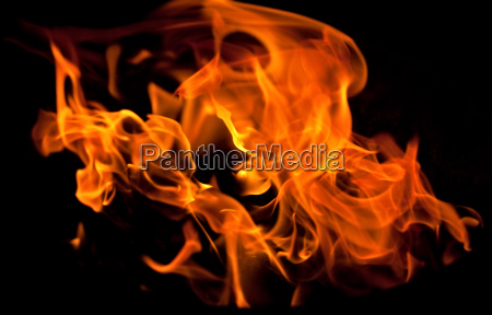 flammen vom feuer im grill