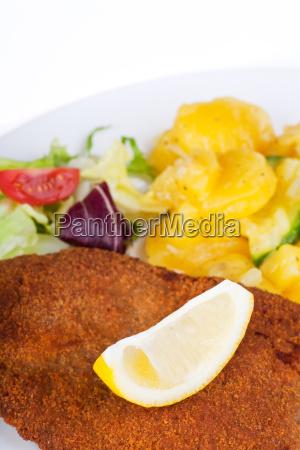 wiener schnitzel mit zitrone und kartoffelsalat