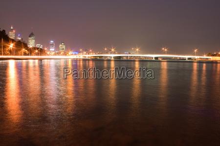 perth skyline bei nacht mit bruecke