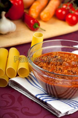 schuessel mit sauce bolognese und rohem