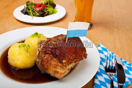 bayerischer schweinebraten mit kartoffelknoedel