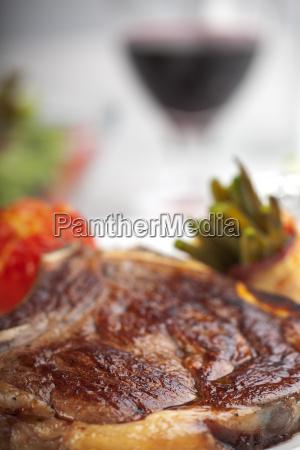 nahaufnahme eines t bone steaks