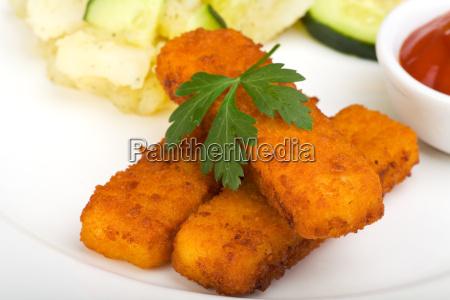 fischstaebchen und kartoffelsalat