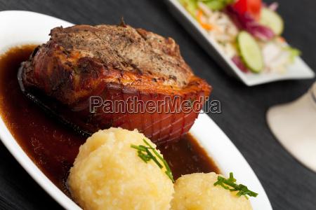bayerischer schweinsbraten mit kartoffelknoedel