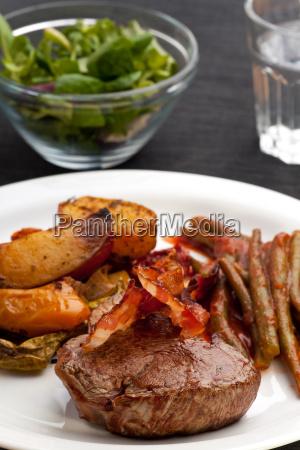 gegrilltes steak mit speckstreifen