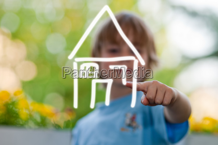 child plans house and energy