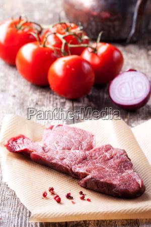 rohes steak und pfefferkoerner