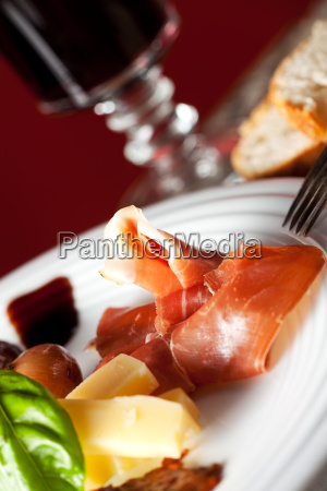 gemischte italienische antipasti auf einem teller