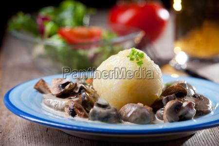kartoffelknoedel mit bayerischer pilzsauce