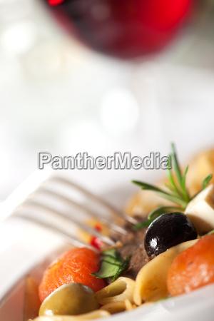 pasta mit tomaten und oliven