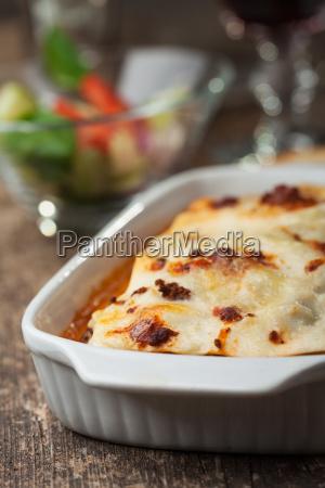 italienische lasagne auf einer quadratischen platte