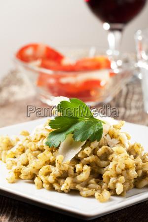 pasta mit pesto sauce