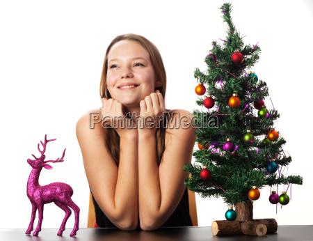 frau hirsch und ein weihnachtsbaum