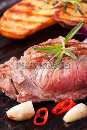 steak vom grill in einer eisernen
