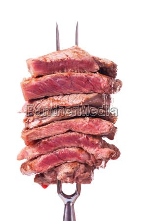 steak in scheiben auf einer fleischgabel