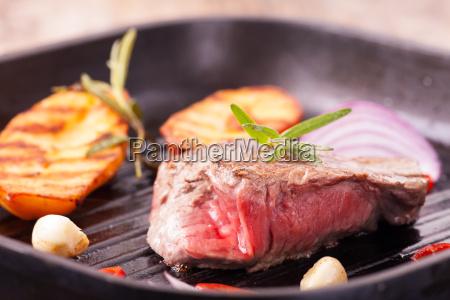 steak in einer eisernen pfanne