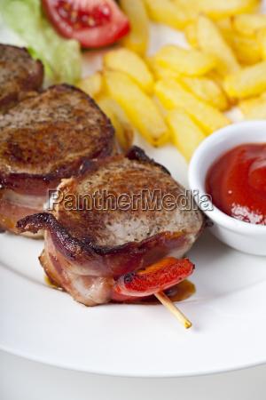 gegrilltes schweinefilet mit pommes frites