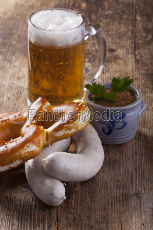 bayerische weisswurst mit brezel und bier