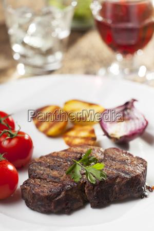 gegrilltes steak mit petersilie auf einem