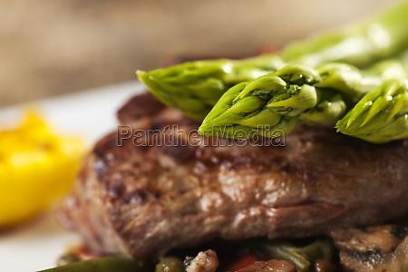 steak vom grill mit spargel