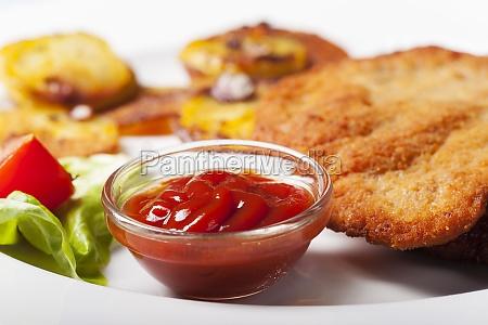 ketchup mit einem wiener schnitzel und