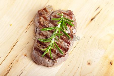 steak mit rosmarin auf holz