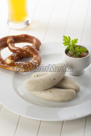 bayerische weisswuerste mit bier