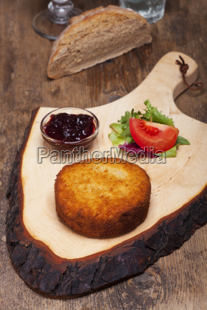 gebackener camembert auf einem holzbrett