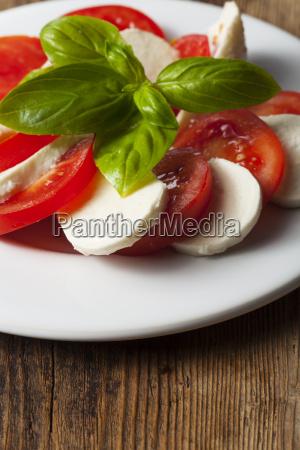 italienische insalada caprese auf einem teller