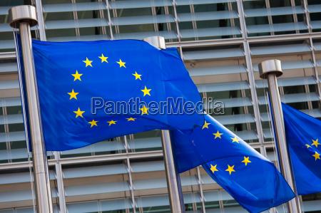 bandeiras europeias em frente ao edificio