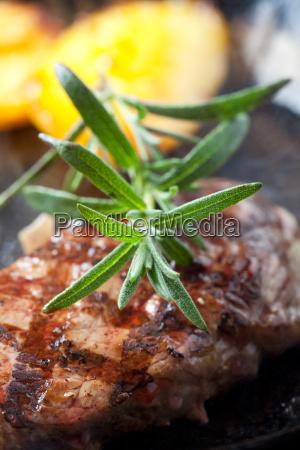 closeup von rosmarin auf einem steak