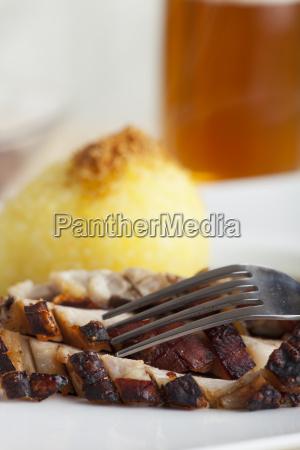 schweinebraten mit einem kartoffelknoedel