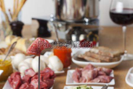 stueck fleisch auf einer fonduegabel