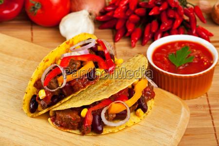 taco gefuellt mit bohnen und fleisch