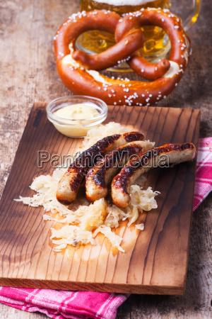 gegrillte wuerstchen mit sauerkraut
